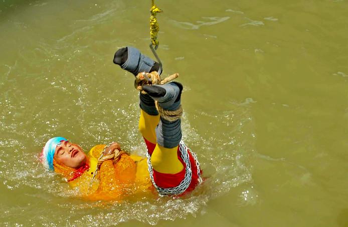 Lahiri, beter bekend als Jadugar Mandrake, wordt te water gelaten.