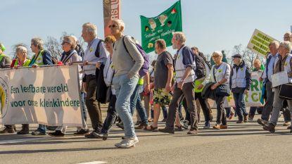 Grootouders betogen voor beter klimaat,  aan station in Waregem