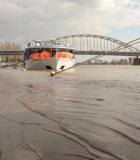 Lage kade in Arnhem afgesloten vanwege  hoogwater in Nederrijn