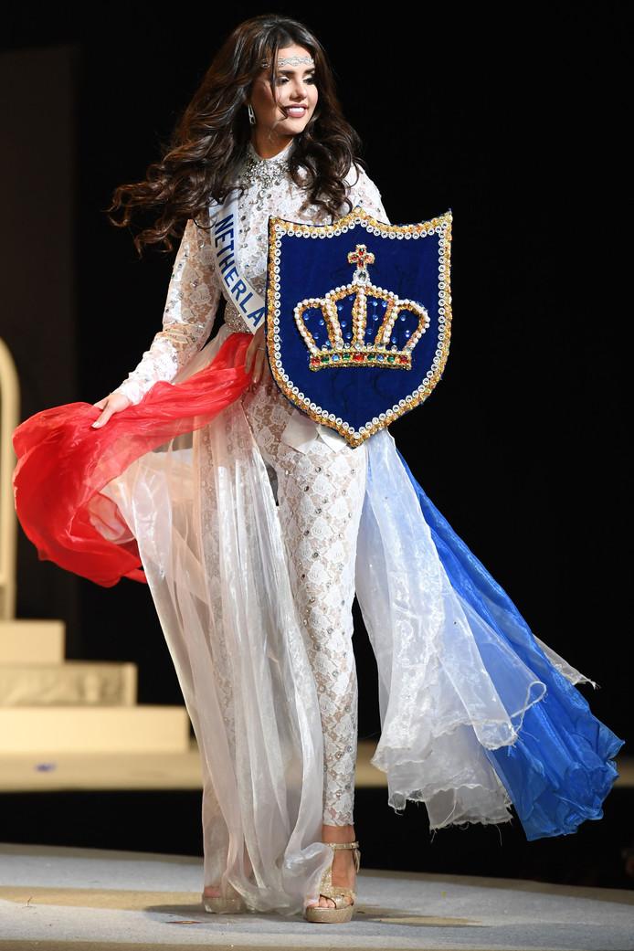 Onze Nederlandse Nathalie Mogbelzada toont haar outfit tijdens de Miss International Beauty Pageant-finale in Tokyo. Foto Toshifumi Kitamura