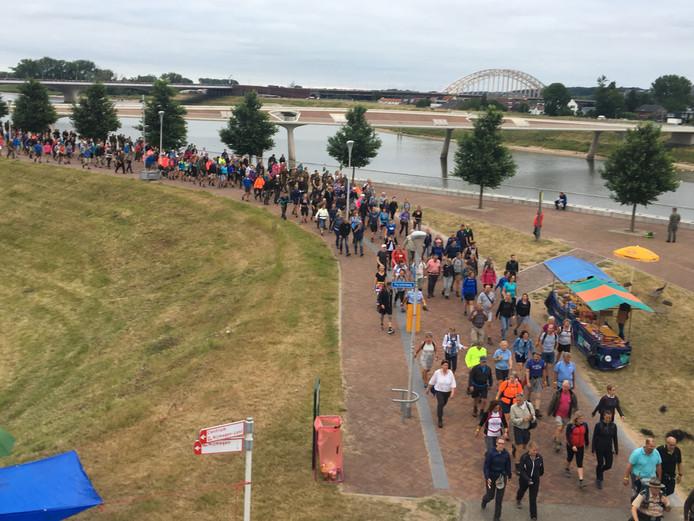 Wandelaars op de Oosterhoutsedijk.