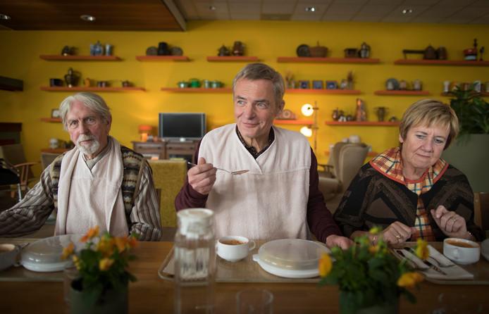 Jan Sanderink (Herman Finkers) eet soep in de geriatrische instelling voor demente bejaarden waar hij is opgenomen.