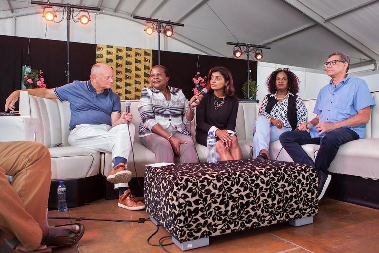 (Vlnr) Ronald Janssen, Muriël Dalgliesh, Tanja Jadnanansingh, Elvira Sweet en Marcel La Rose discussiëren in een tent op Kwaku over het stadsdeelvoorzitterschap Beeld Julie Hrudova