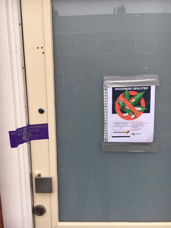 De verzegelde voordeur in de Meidoornstraat in Waddinxveen