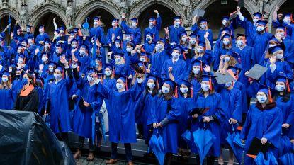 Hoed, paraplu en mondmasker bij: VUB-studenten beleven unieke diploma-uitreiking op Grote Markt