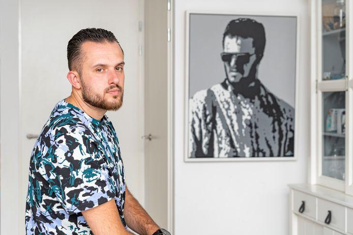 Dzenan Halilović bij het portret van zijn vader.