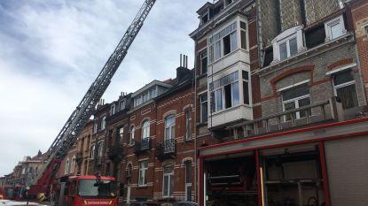 Dode bij brand in Oudergem, brandweer redt 11 mensen via het dak