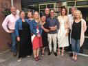 De deelnemers aan de eerste reeks 'Uit Mijn Keuken', met de Nijmeegse Corine en Anneke (derde en vierde van links).