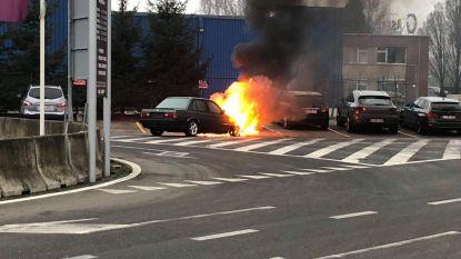 Twee geparkeerde wagens vernield door brand onder motorkap