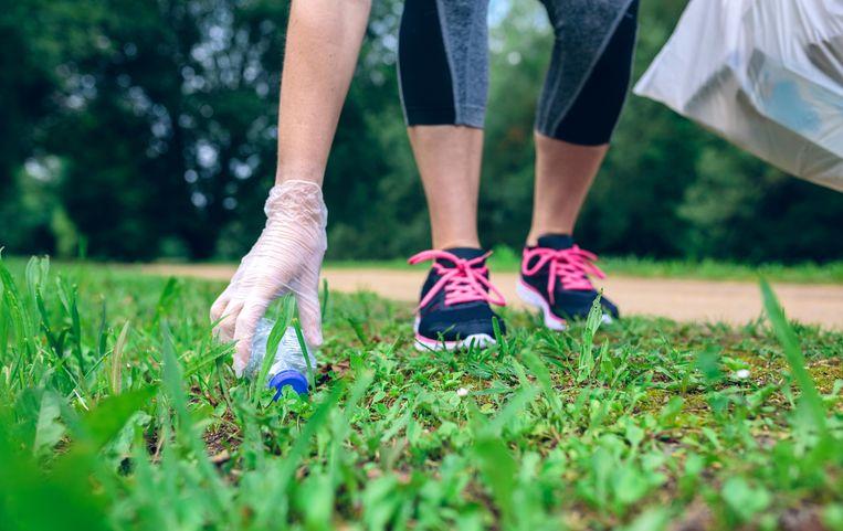 Bij plogging raap je zwerfvuil op tijdens het joggen.