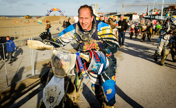 Rintje Ritsma op de crossmotor tijdens de Red Bull strandrace in 2015
