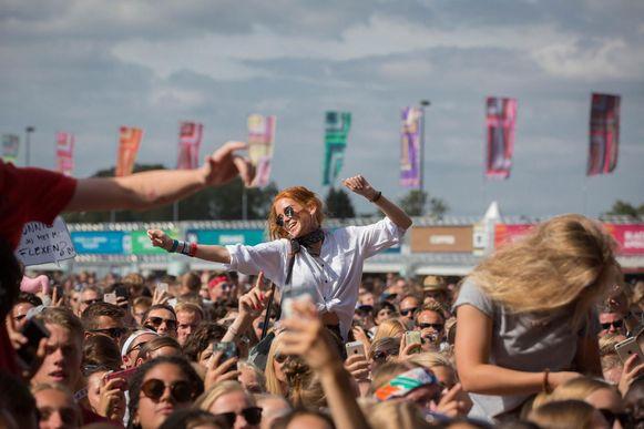 De festivalgangers gingen ook op de laatste festivaldag volledig uit de bol. Hier tijdens een optreden van de Nederlandse rapper Ronnie Flex.