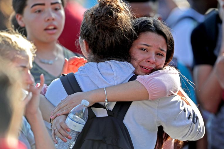 Studenten van Stoneman Douglas High School in Florida zijn opgelucht wanneer ze de school veilig kunnen verlaten.