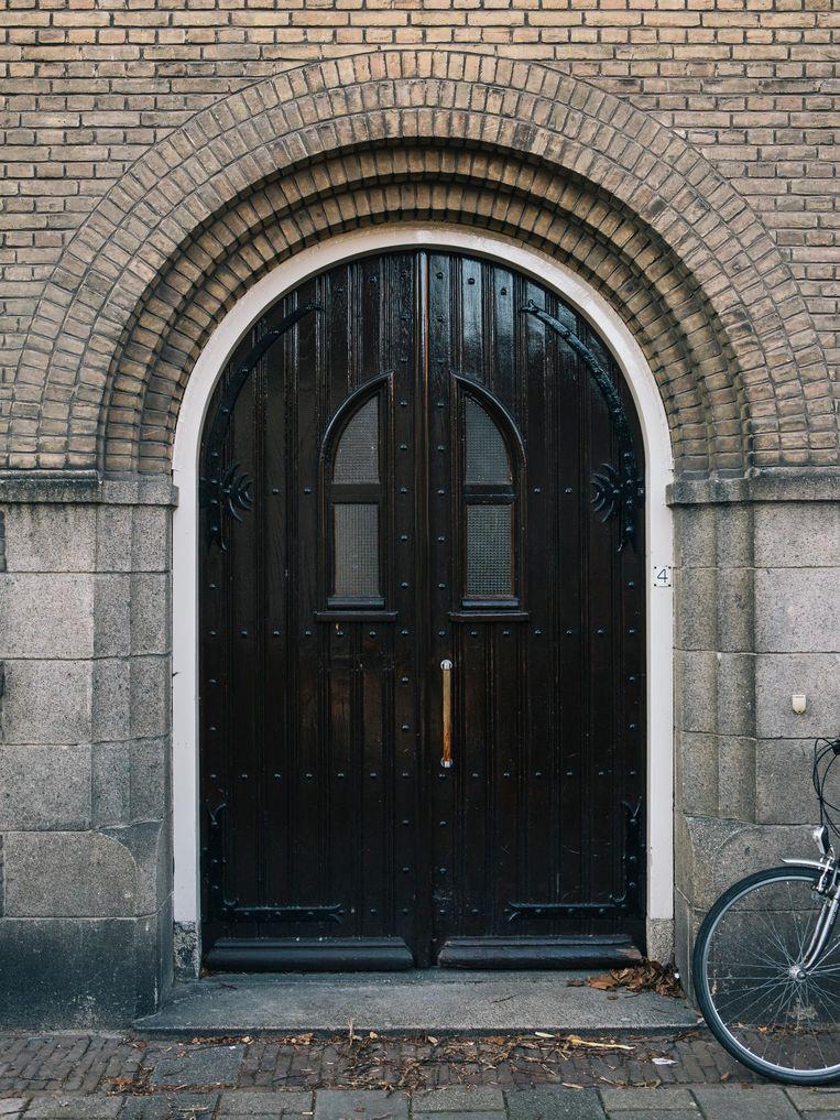 Toegang tot het Sint Annahofje in Leiden. Beeld Marcel Wogram