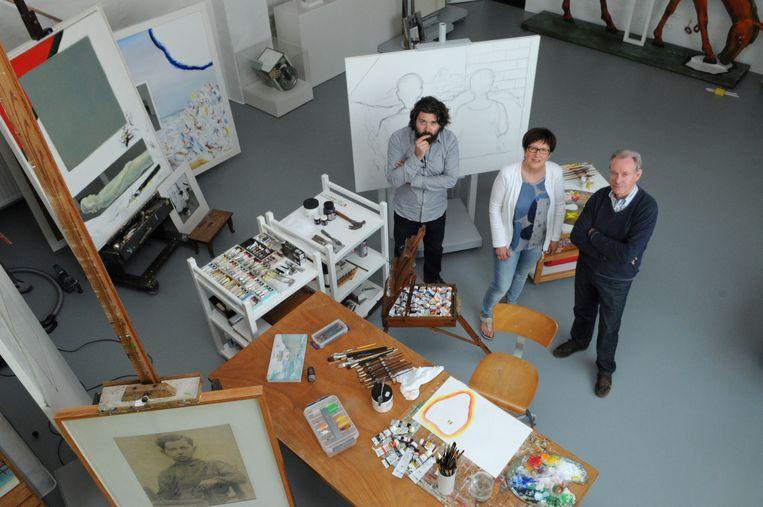 Fotograaf Tim Heirman, zoon van Rony Heirman de huisfotograaf van Raveel, met weduwe Marleen De Muer en gids Fons Schippers in het atelier van Roger Raveel.