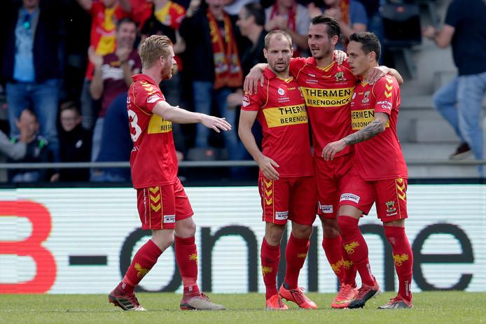 Istvan Bakx (tweede van linkx) en Julius Bliek staan met Go Ahead Eagles in de finale van de nacompetitie.