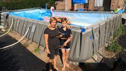 Abrupt einde van zwemplezier: vandalen snijden zwembad stuk en 50.000 liter water stroomt weg