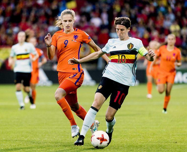 Vivianne Miedema in actie tegen de Belgische Aline Zeler. Beeld ANP