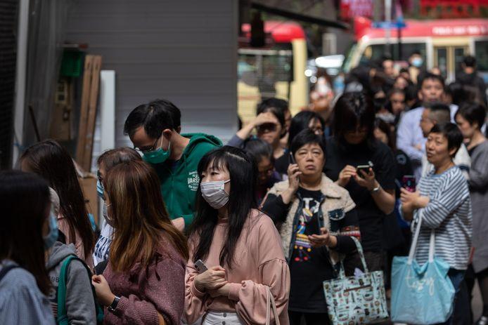 Ook in Hong Kong zit de schrik erin. Hier staan mensen in de rij voor gratis vitamine C-tabletten.