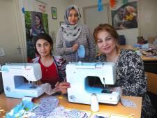 Asielzoekers maken mondkapjes voor overheid. 'Zo kunnen ze iets terugdoen voor de samenleving'