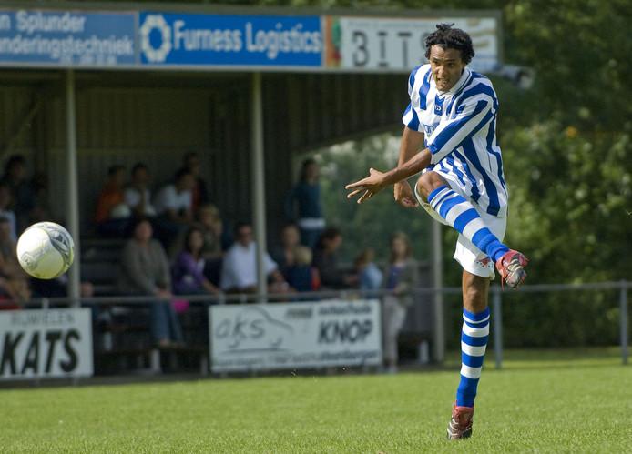 Pierre van Hooijdonk haalt uit als speler van Steenbergen 4.