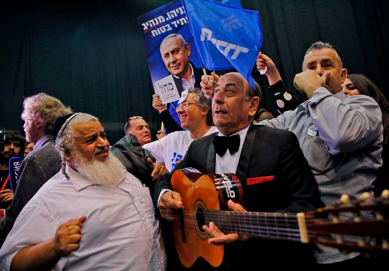Supporters van de Likoed-partij tijdens de verkiezingsnacht. Partijleider Netanyahu wist zijn tegenstrever voor te blijven. Beeld AFP