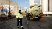 Parkeerwachter begeleidt vrachtwagens op Tereos-parking in Aalst na dood Celio (11)