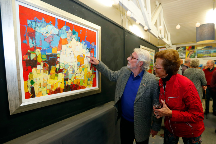 Frans Manders en z'n vrouw Hilda bij één van z'n recente werken in Heeze.