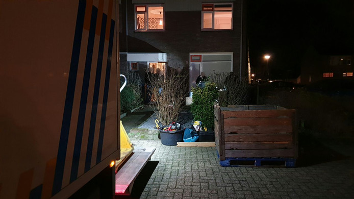 De politie heeft dinsdagavond tijdens een inval in Glanerbrug een hennepkwekerij opgerold.