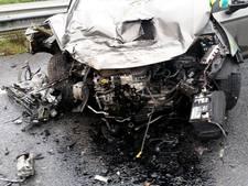 Auto botst op vrachtwagen op A29, snelweg naar Rotterdam afgesloten