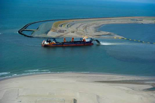 Een schip baggert in 2012 grond in de zee voor de aanleg van de Tweede Maasvlakte.