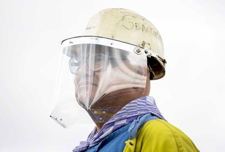 Een medewerker van Tata Steel, hier vorige week. Beeld EPA