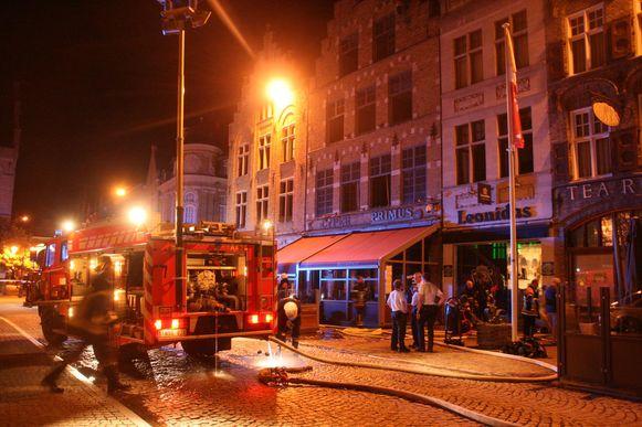 Brandweer en politie aan restaurant Cyper op de Grote Markt. Aanpalende gebouwen, zoals dat van Leonidas, zijn wel zo goed als helemaal gered.