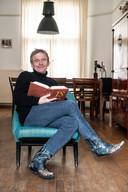 Denker des Vaderlands René ten Bos leest in het weekend graag een boek.