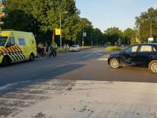 Scooter botst op auto in Enschede, bestuurder neemt de benen