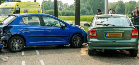 Ravage na ongeluk met drie auto's op Jan van Brabantlaan in Helmond