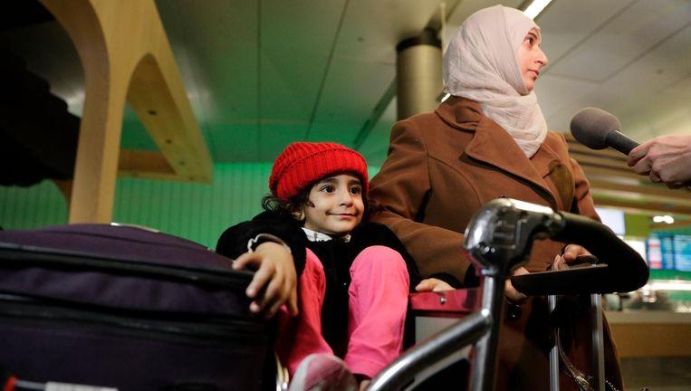 Een moeder en haar dochter van 3 uit Jemen op de luchthaven van Los Angeles. Beeld null