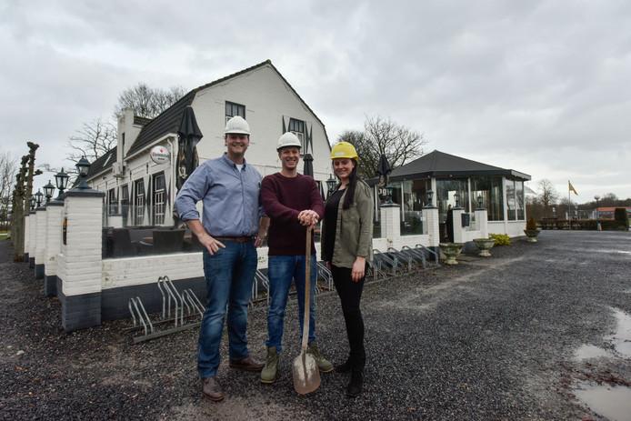 Pim van Beurden (l), zus Danique en Kris Zigenhorn voor Herberg Den Hemel.