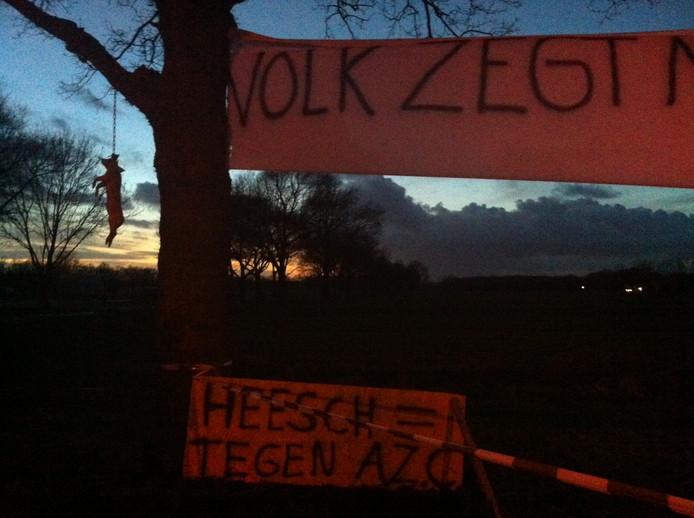 Het varken dat op de mogelijke locatie van een azc in Heesch is opgehangen.