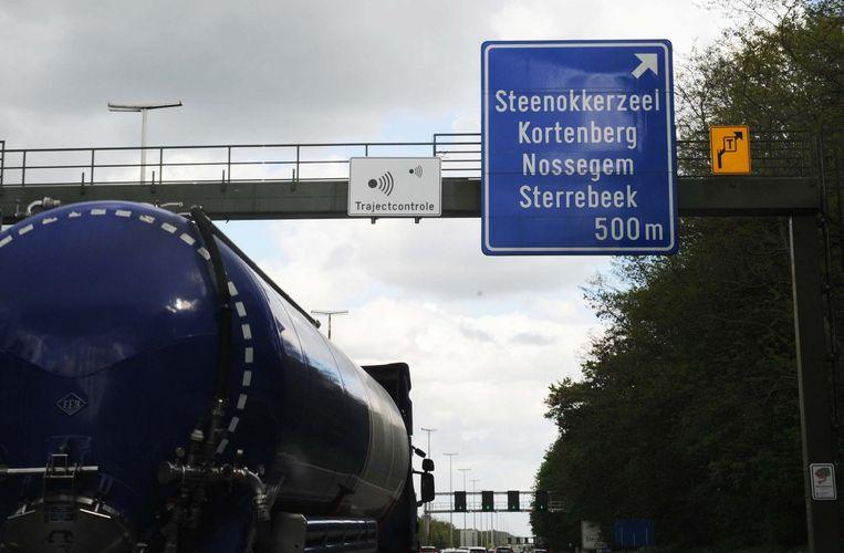 De bordjes en de camera's hangen er al elf maanden, maar voorlopig wordt er nog niet gecontroleerd op de E40 richting Leuven.