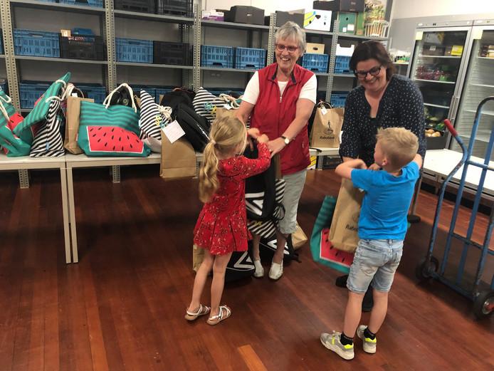 Ladies' Circle De Leest verraste 149 kinderen bij de voedselbank met een zomerpakket.