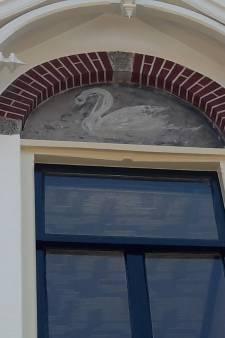 Drie zwanen aan gevel van café in Bredevoort