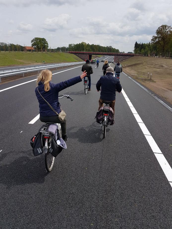 Stil staan ze niet, deze fietsers. Maar Kitty stuurde dit stilleven van een groepje fietsers in.