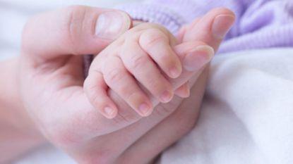 Onthaalmoeder voor rechter voor dooreenschudden van zes maanden oude baby