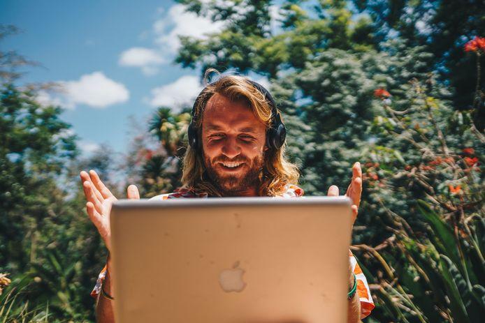 Charles aan het werk achter zijn laptop