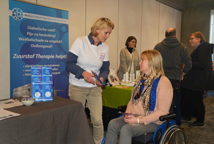 Saskia Dalebout (rechts) luistert naar de uitleg van Miek van Rees Vellinga over zuurstoftherapie. Daarover werd ook een goed bezochte lezing gegeven.