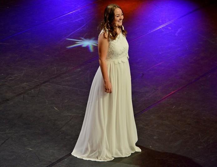 Sanne Pronk op het podium van Holland's Got Talent