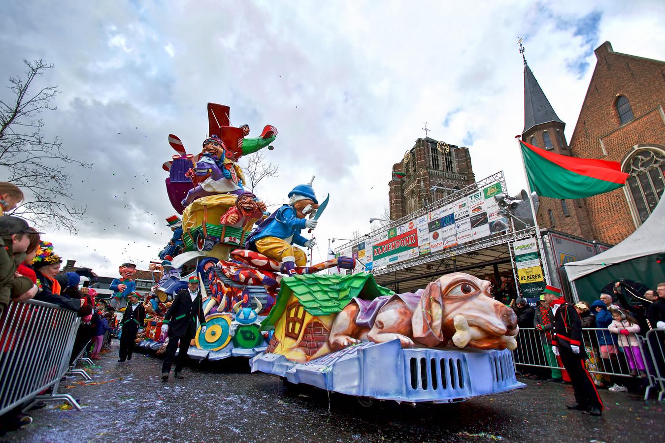Geen fraaie praalwagens zoals deze van CV De Pierewaaiers door de Oosterhoutse straten komend carnaval, de optocht gaat niet door.
