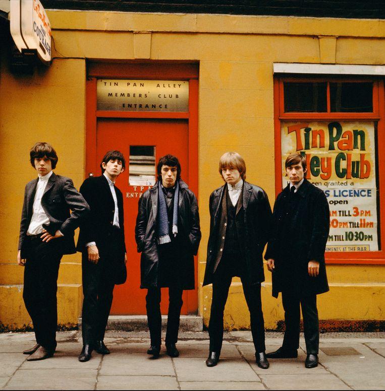 Brian Jones (tweede van rechts) met The Rolling Stones.
