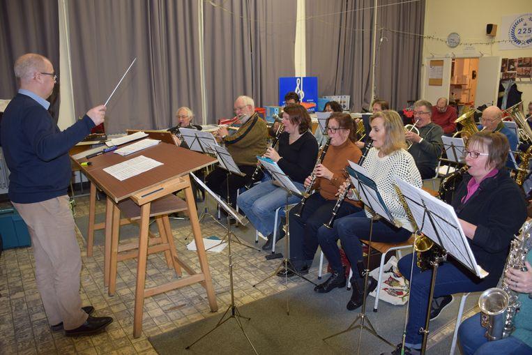 De muzikanten oefenen onder leiding van orkestleider Luc De Tavernier voor het galaconcert.